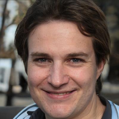 Julián Vida Barea es el desarrollador web de nombres.top, y la foto es de I.A.